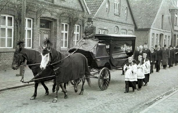 -220- Beerdigung Pastor Krone, gest. 28.02.1952, 1947-1952 in Dinklage links Haus Blettrup