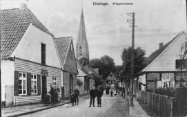 -66- Links noch relativ unverändert Wohnhaus Thölke (auf dem Schild steht: Maschinenstrickerei von Frau L. Thölke) um 1920. Später Anni Pund, geb. Thölke.