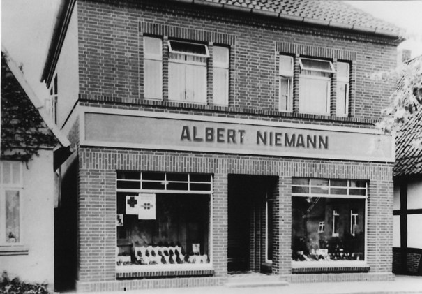 -85- Aufnahme aus den 50er/60er Jahren, links mit dem noch vorhandenen ehemaligen Haus Wegmann und rechts mit dem ehemaligen Haus Schuhmacher.