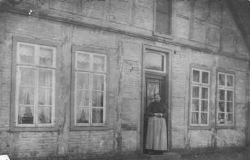 """-93- Haus von Modistin Sophie Seeger, genannt """"Siemers Sophie"""", die hier bis 1915 wohnte. Sie handelte hier mit Spitzen, Decken und Bettwäsche. Außerdem fanden hier Kostgänger Unterkunft."""