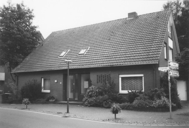 -58- 1968 wurde das Haus abgebrochen und 1970 durch einen Neubau ersetzt. Das Haus ist noch immer die Wohnung des Vikars.