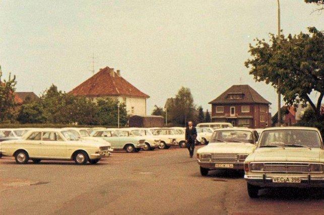 Blick vom Markt auf die Bahnhofstr, links Haus Mäkel