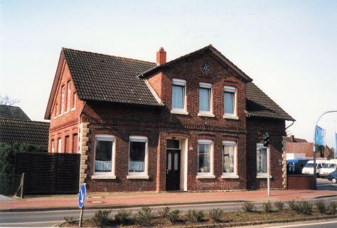 -58- Haus Wilken 2001 Daneben stand das Haus Bramlage, später Dödtmann, zugunsten der Einmündung der (neuen) Drostestraße abgerissen. Rechts ist schon das Gelände der ehem. Firma Autohaus Calvelage zu erkennen.