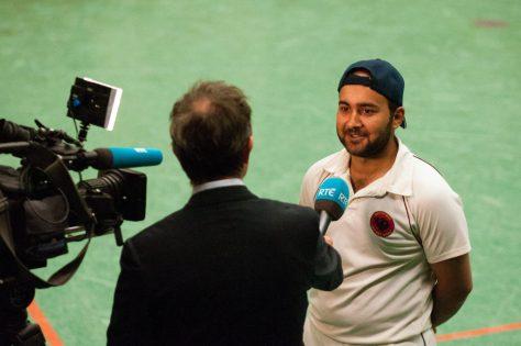 Arif Jamal gibt ein Interview
