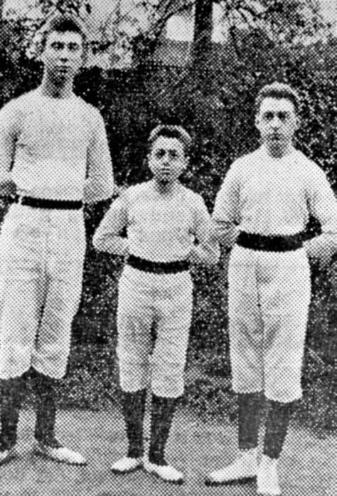 Das älteste Foto des Vereinsarchivs der DJK Altendorf 09 zeigt 1910 die Turner Josef Heidbüchel, Clemens Captain und Josef Captain.