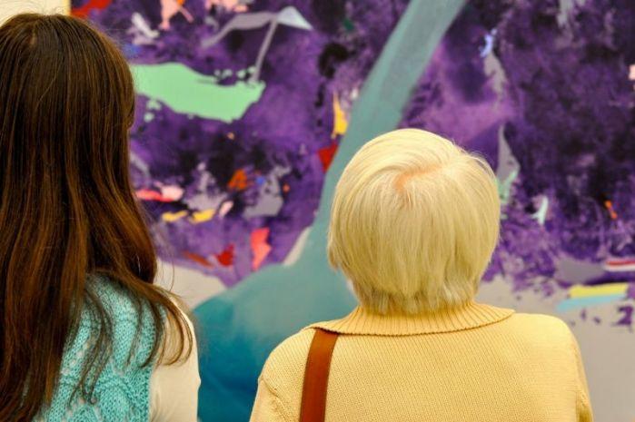 Symbolbild: eine ältere und eine jüngere Frau betrachten ein abstraktes Gemälde