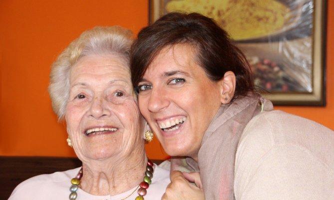 40jährige Frau und 80jährigen lächeln die Kamera