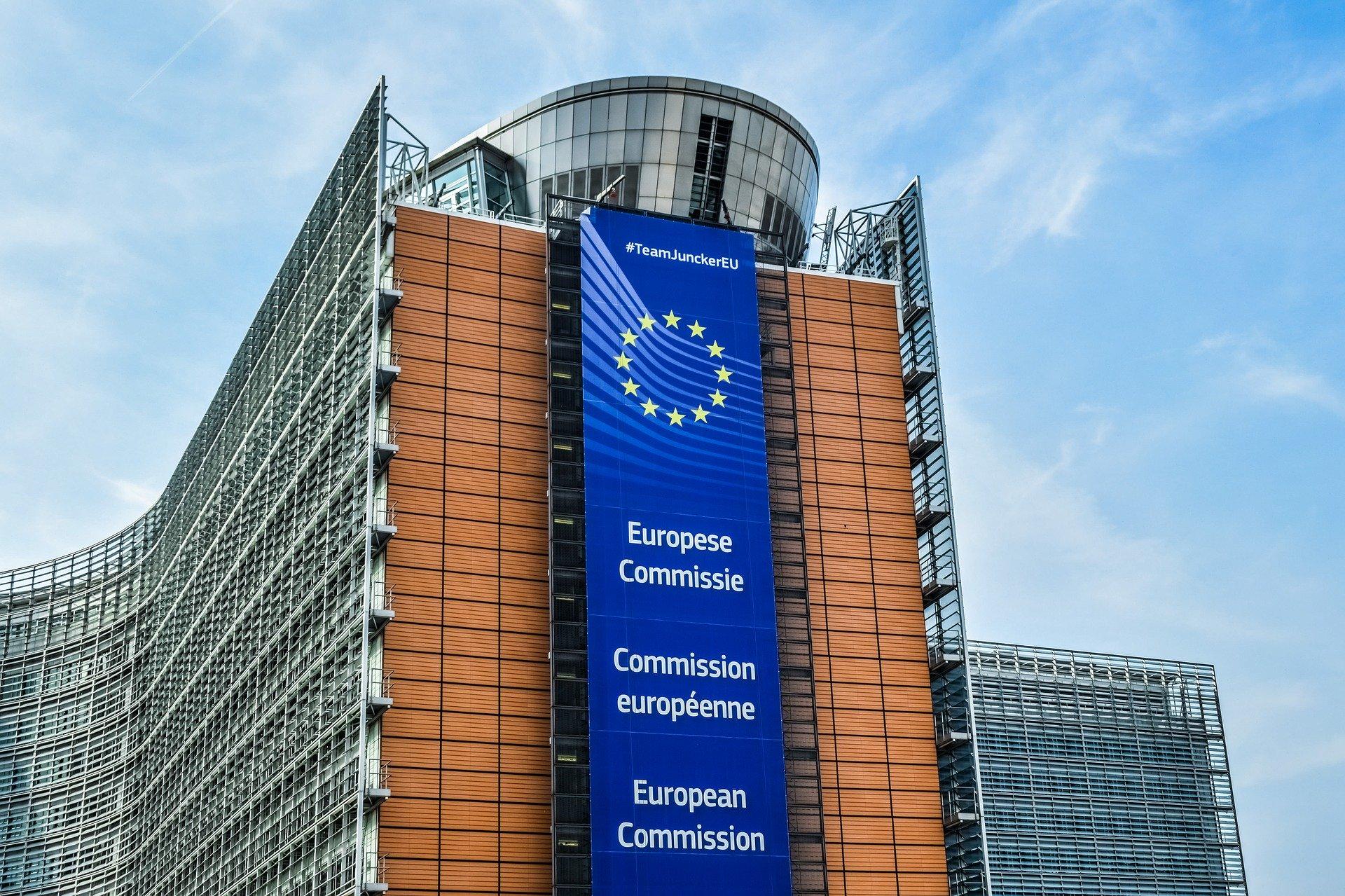 Bild auf dem ein Gebäude der Europäischen Kommission zu sehen ist. An dem Gebäude hängt eine große Flagge der EU.