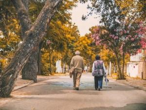 Zwei Senior*innen bei einem Herbstspaziergang.