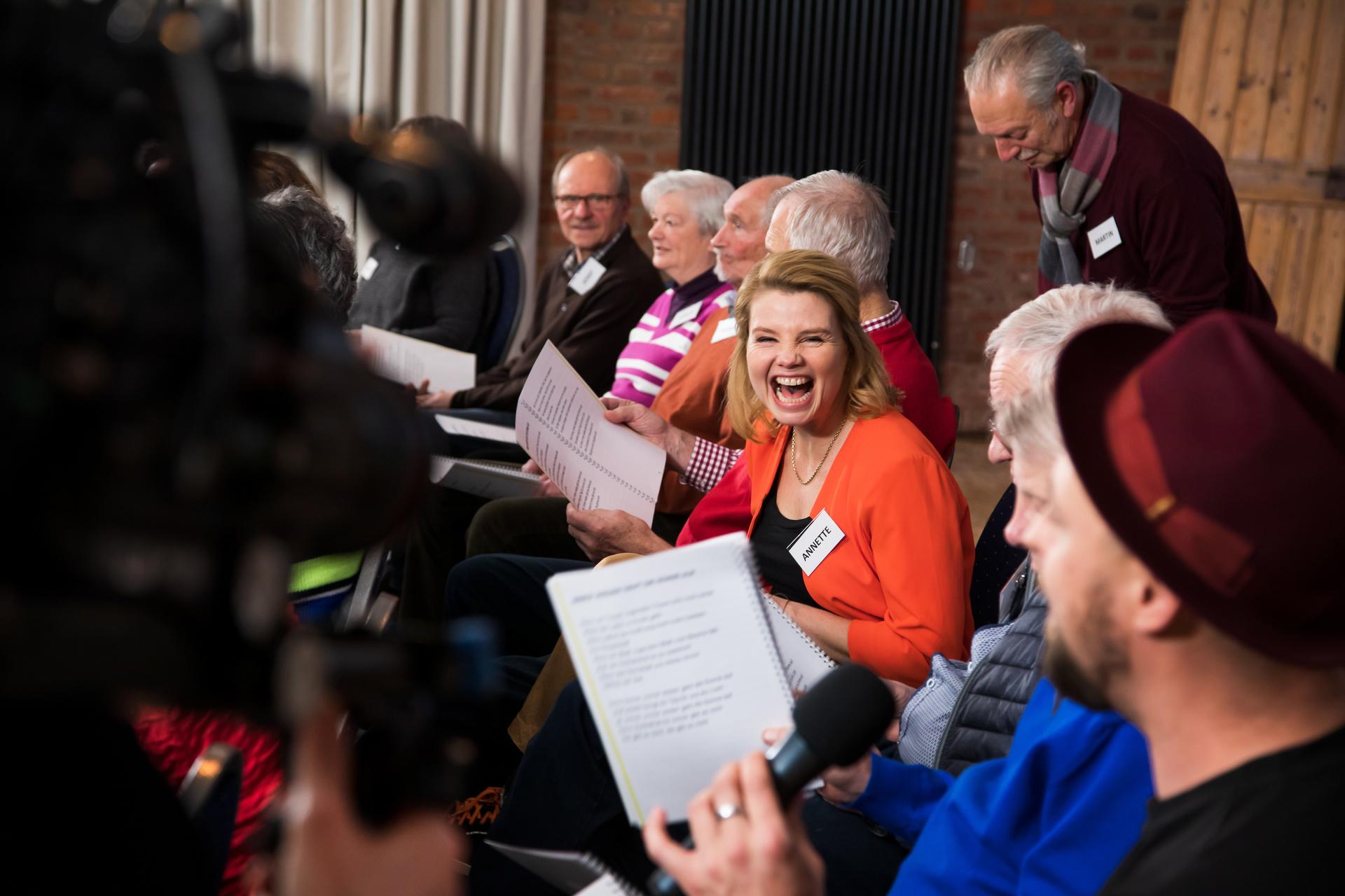 """Annette Frier inmitten der Teilnehmer des Projekts """"Unvergesslich - Unser Chor für Menschen mit Demenz""""."""