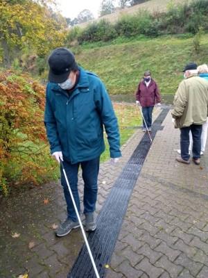 """Gäste der """"Woche des Sehens"""" testen einen Langstockparcours am 09.10.2020 in Bad Berleburg. Foto: BSVW e.V. BG Wittgenstein und Umgebung"""
