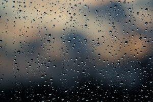 Glasscheibe mit Regentropfen