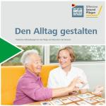 Titelbild der Broschüre. Ein Foto auf dem zwei Menschen zu sehen sind. Eine Pflegerin spielt mit einer Bewohnerin Memory.