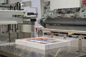 Schneidemaschine in einer Druckerei Cutting machine in a print s