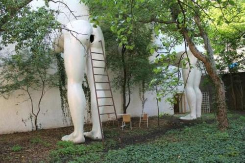 The-Worlds-Most-Bizarre-and-WTF-Statues-0001