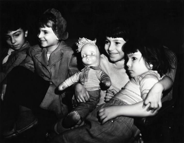 Weegee  photographing spectators in cinemas in 1943