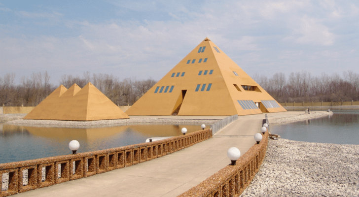 A Man Built A Gold Pyramid Home in Illinois And Found Mysterious Energy