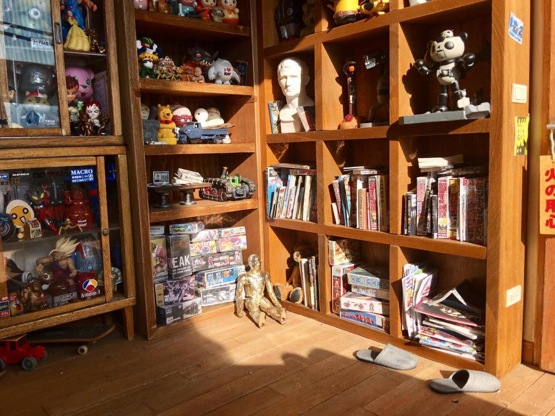 ARTIST MAKES MINIATURE MODEL OF HIS ROOM 21