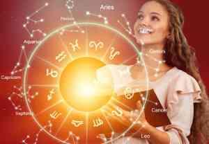 Horoskop med sol i bakgrunn og en kvinne som holder en bok ser fremover og smiler