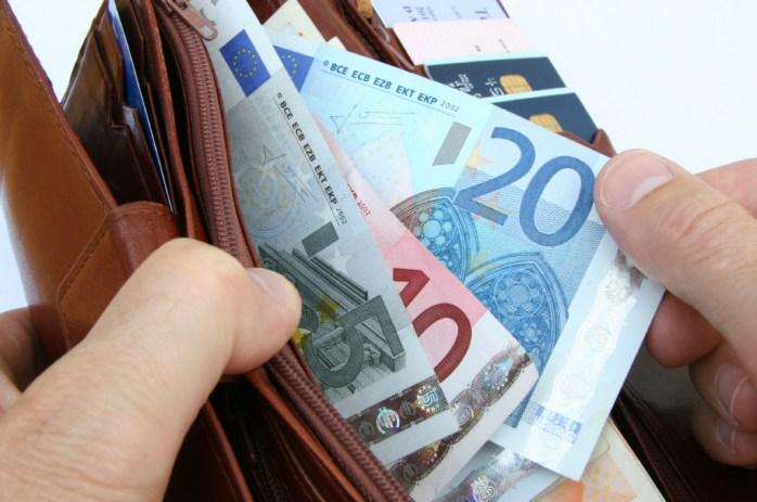 This image has an empty alt attribute; its file name is Portemonnee-met-geld.jpg