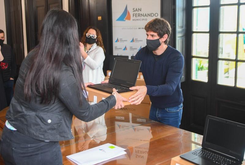 Juan Andreotti entregó netbooks del Programa ´Conectar Igualdad´ a estudiantes de secundarias de San Fernando