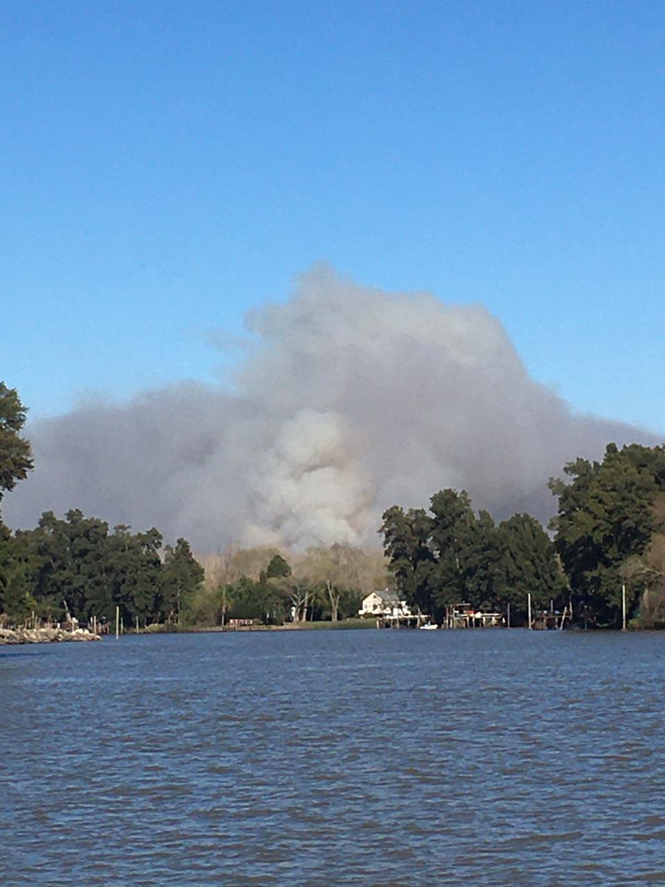 Escobar, la Municipalidad informó que no hay riesgo que el fuego del incendio en el Delta llegue a zonas pobladas