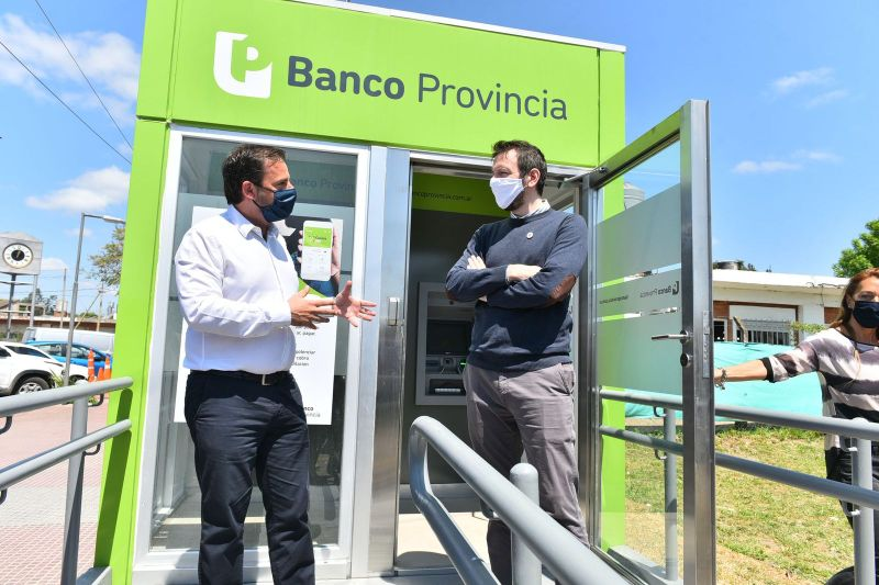 Ariel Sujarchuk y Juan Cuattromo inauguraron una cabina móvil con dos cajeros automáticos del Banco Provincia en Garín