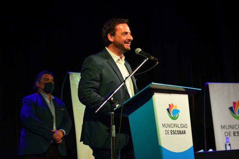 Ariel Sujarchuk encabezó el acto de la primera entrega de DNI a residentes migrantes del partido de Escobar