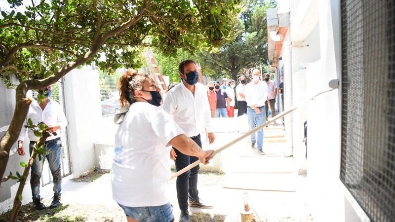 Potenciar Trabajo: Ariel Sujarchuk recorrió la obra de puesta en valor del CAPS Eva Perón y supervisó el punto verde móvil que rota por las localidades del distrito