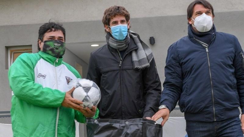 Juan Andreotti entregó materiales deportivos a los clubes de los Torneos Municipales