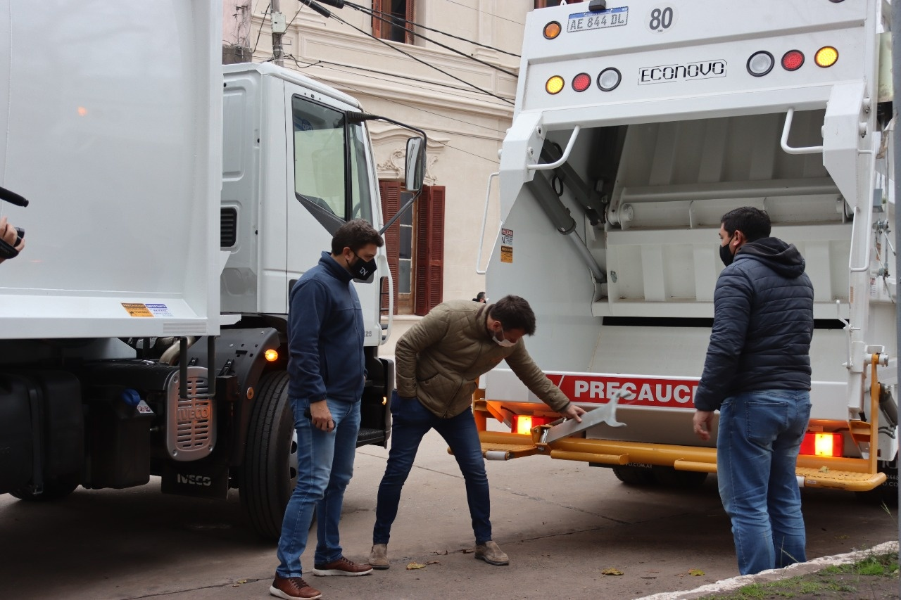 Exaltación, presentaron Dos Nuevos Camiones Compactadores de Residuos