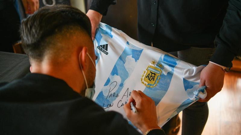 Ariel Sujarchuk recibió al futbolista campeón de América Nicolás González, vecino de Escobar, y envió un proyecto al HCD para declararlo Ciudadano Destacado del Deporte Nacional e Internacional