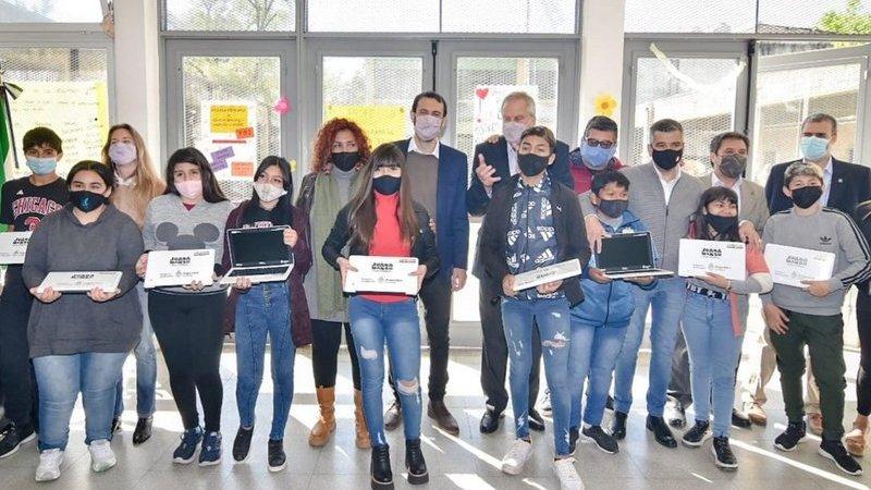 Selci y Perczyk entregaron netbooks de Conectar Igualdad a estudiantes de Hurlingham
