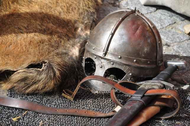 knight-armor-helmet-weapons-161936