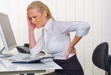 Assis au travail : 5 exercices pour réparer votre dos