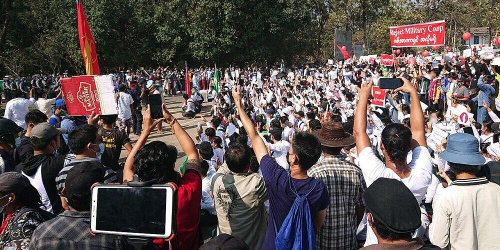 Le soulèvement de masse au Myanmar isole le coup d'État