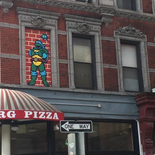 Mosaïque tortue ninja réalisée par INVADER dans le quartier de Little Italy à New York