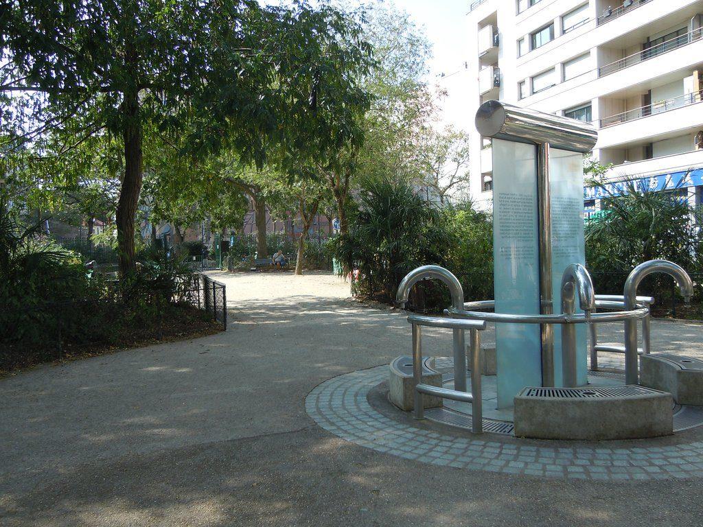 Fontaine d'eau de source - square de la Madone à Paris