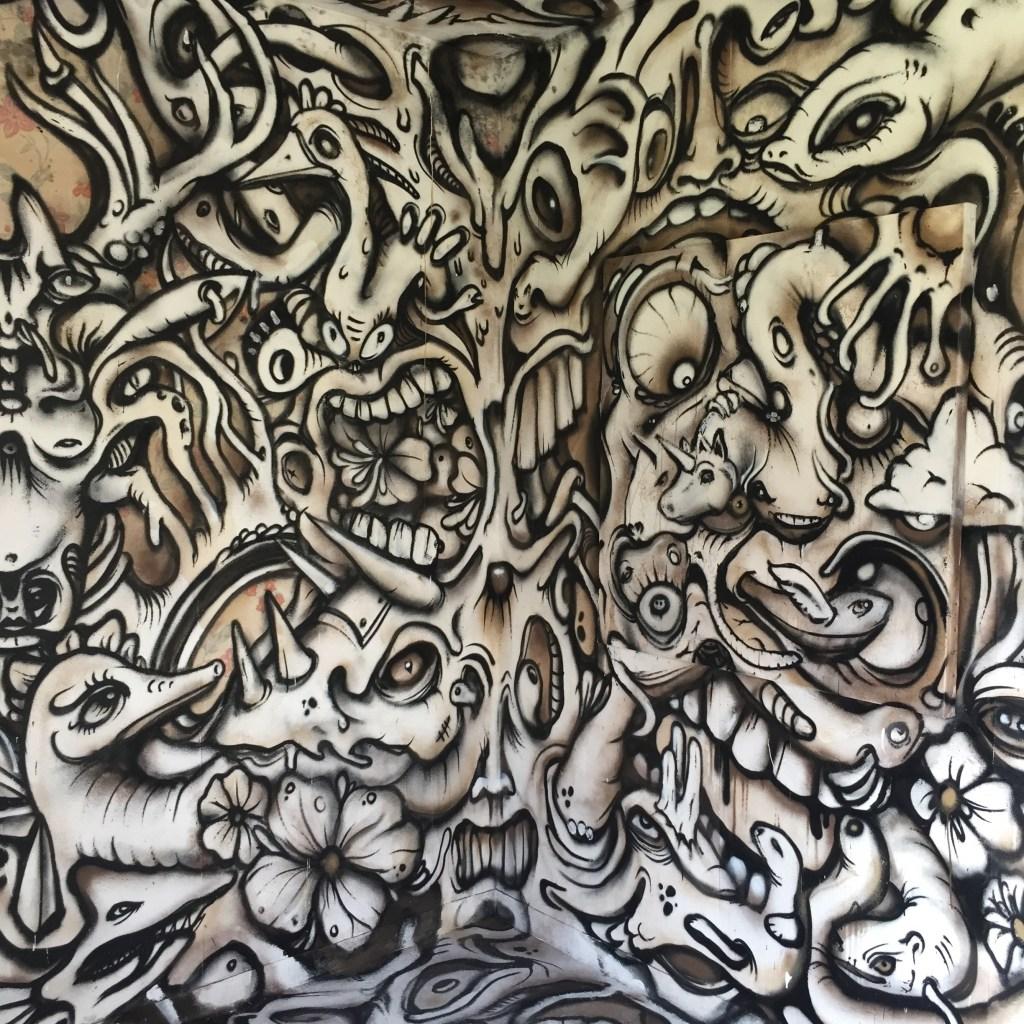 """Chambre """"Bienvenue """" réalisée par l'artiste Nosbe à l'hôtel 128 de Street Art City"""