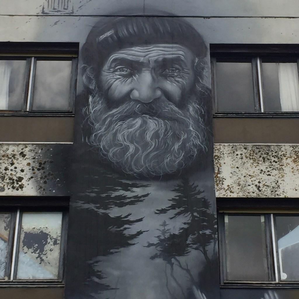 Fresque murale géante par l'artiste Aéro représentant son grand-père