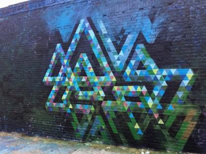 Fresque murale géométrique réalisée par Chris Soria dans le Queens NYC pour le Welling Court Mural Project