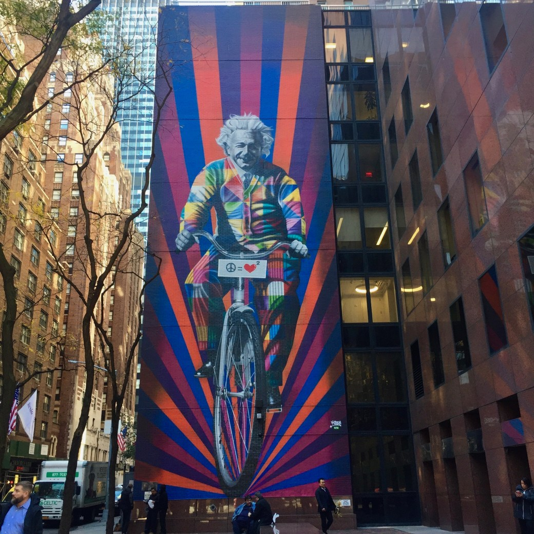 Fresque Murale représentant Albert Einstein à Bicyclette Eduardo Kobra - New York - Street Art Blog Altinnov