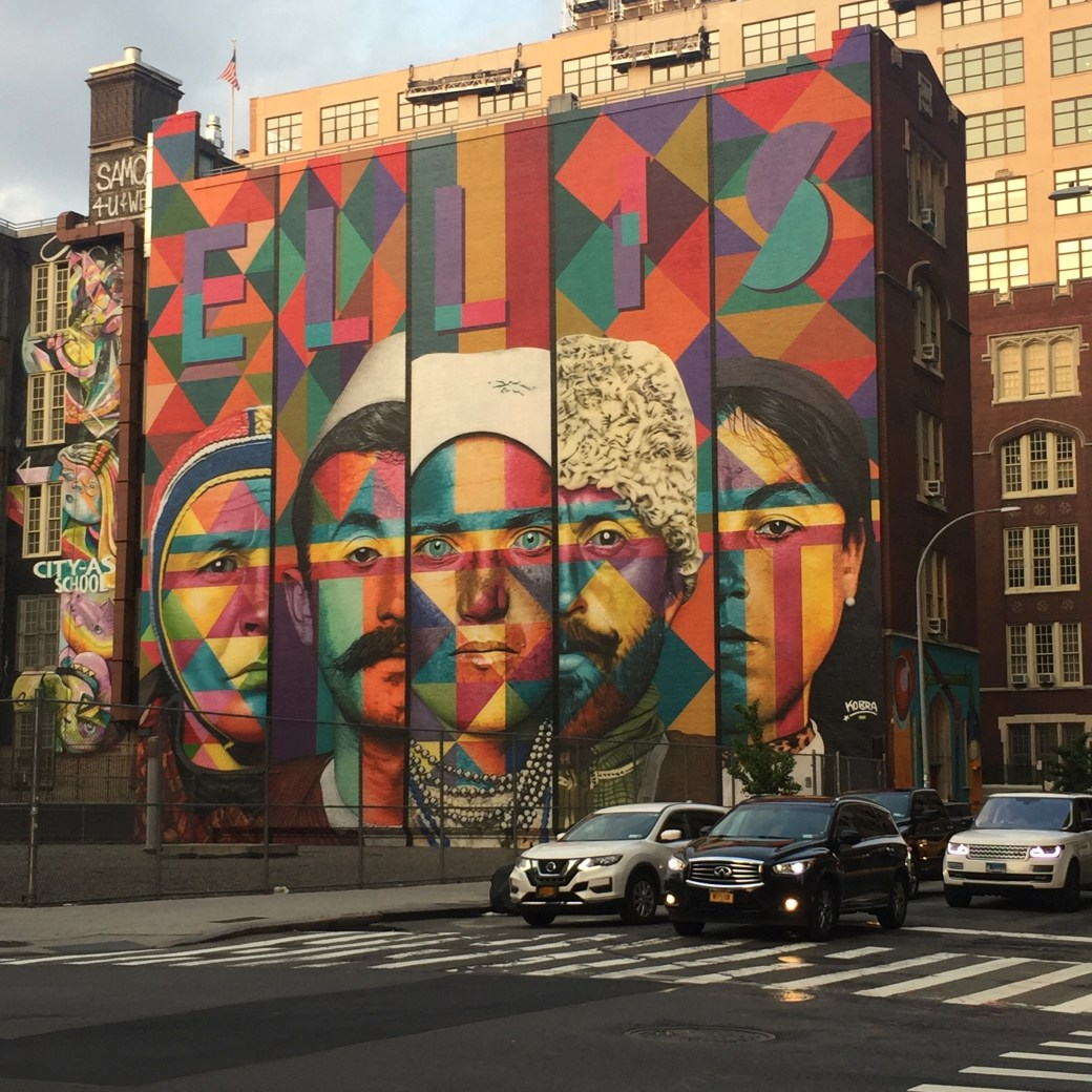 Fresque murale représentant les migrants passés par ELLIS ISLAND - Eduardo Kobra - New York - Street Art Blog Altinnov