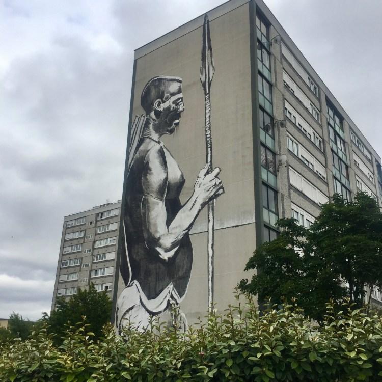 Fresque murale géante reStreet Art à Vitry-sur-Seine : Fresque murale géante représentant un guerrier Bantu réalisée par l'artiste Kouka au rouleau