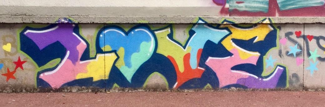 Love typo réalisée dans la rue en graffiti