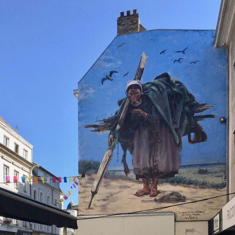 Fresque murale représentant La ramasseuse d'épaves de Francis Tattegrain par Alaniz - Street Art Boulogne sur Mer