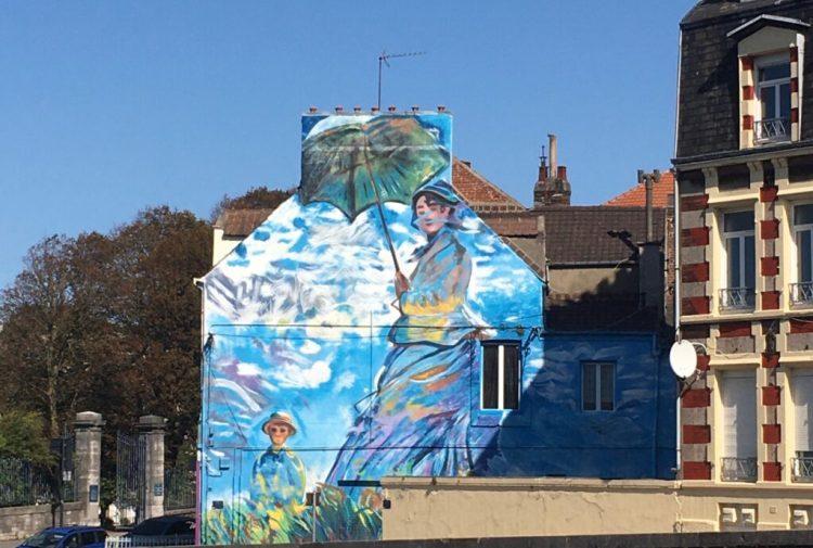 Street Art Boulogne sur Mer : La Jeune fille à l'ombrelle de Claude Monet par Eduardo Kobra