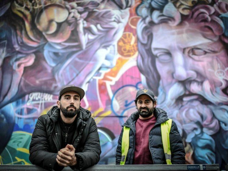 PichiAvo devant leur fresque à Paris dans le Quartier Latin