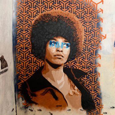 Angela Davis réalisée au pochoir par le Street Artiste Raf Urban
