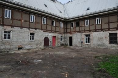 Abgebrochene Betonflächen vor den Altbauten ...